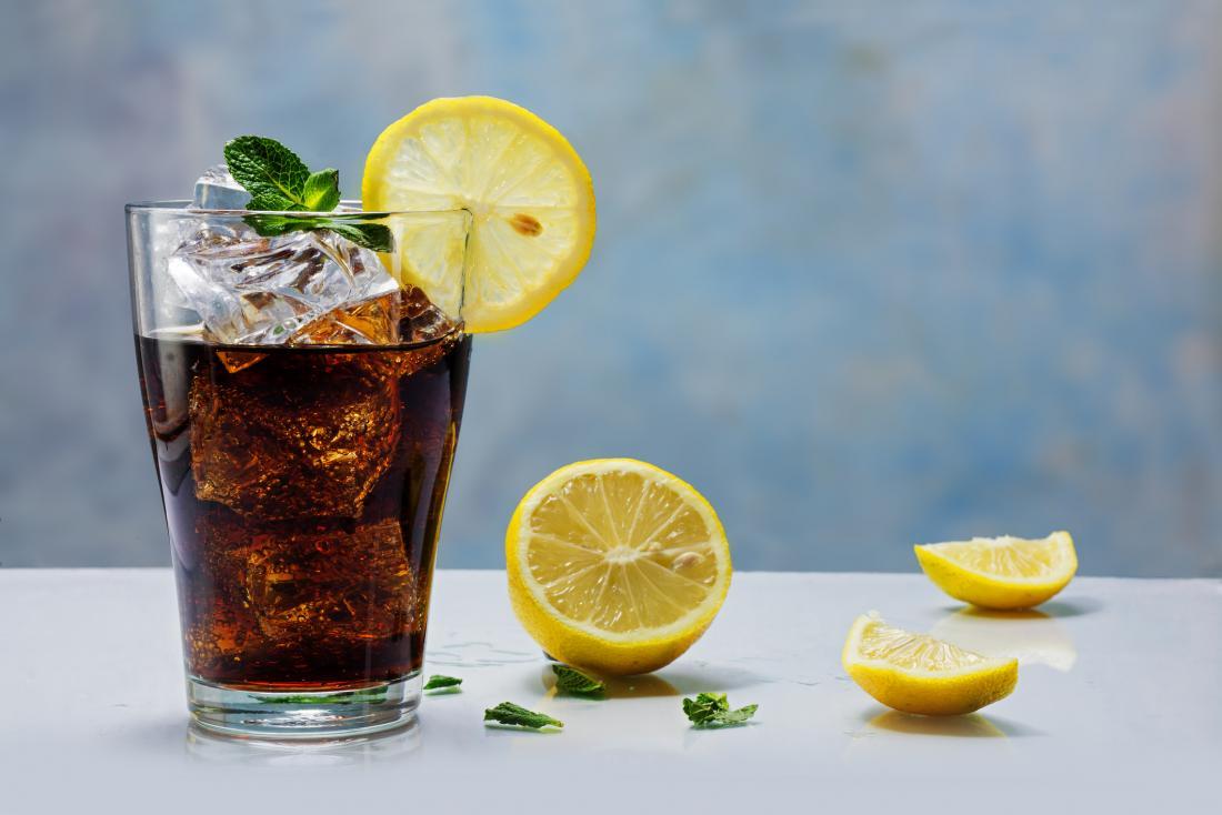 glass of cola with lemons