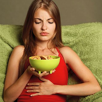 A female exeperiences constipation pain after eating.