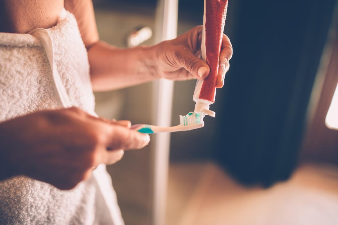 Woman cleaning teeth