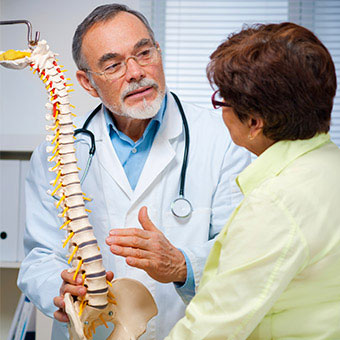 A doctor explains causes of sacroiliac (SI) joint pain to a patient.