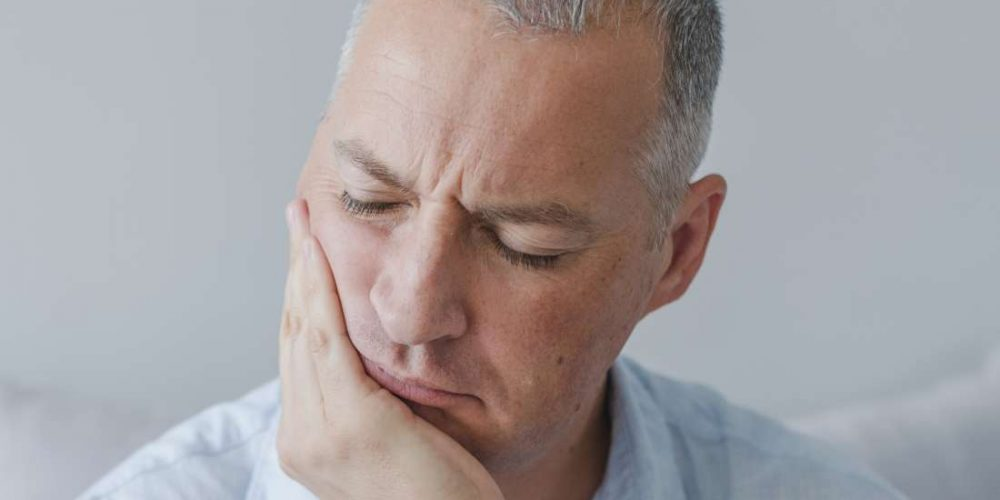 How can rheumatoid arthritis affect the jaw?