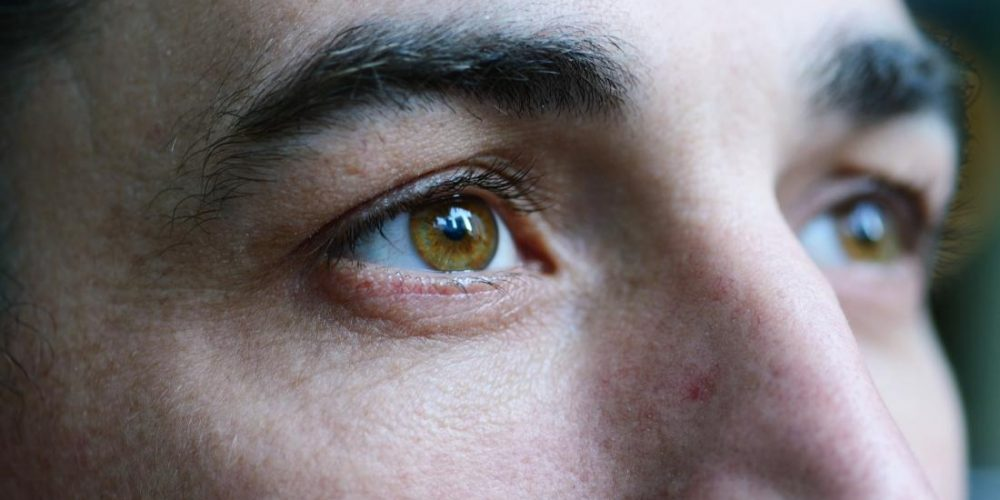 How does MS affect the eyes?