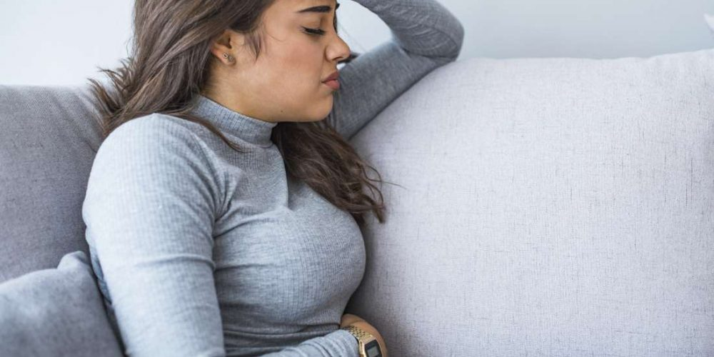 What causes upper left abdominal pain under the ribs?