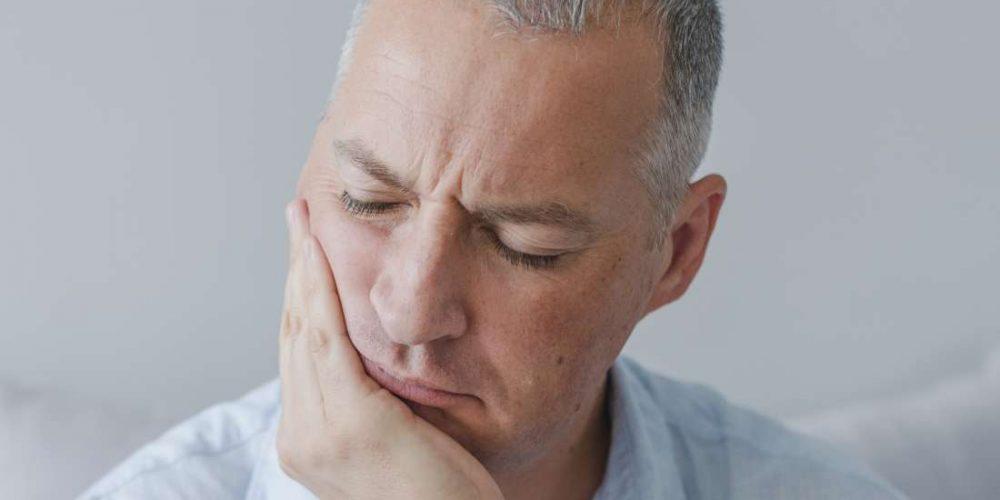 How can rheumatoid arthritis affect the jaw?