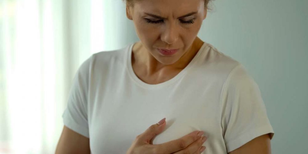 What can cause a rash under the breast?